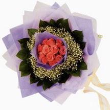 12 adet gül ve elyaflardan   Bursa çiçek siparişi