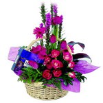 çikolata ve sepette çiçek   Çiçekçi Bursa sitesi nilüfer anneler günü çiçek yolla
