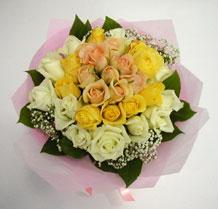 sari ve beyaz gül karisimda   Bursa çiçek büyük orhan yurtiçi ve yurtdışı çiçek siparişi