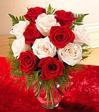 Bursadaki çiçekçi nilüfer hediye çiçek yolla  5 adet kirmizi 5 adet beyaz gül cam vazoda