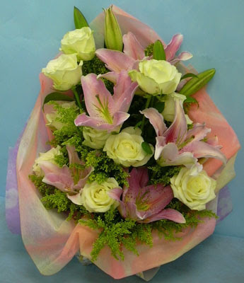 11 adet gül ve 2 adet kazablanka buketi  Bursa çiçek siparişi
