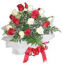 Bursa çiçek büyük orhan yurtiçi ve yurtdışı çiçek siparişi  12 adet kirmizi ve beyaz güller buket