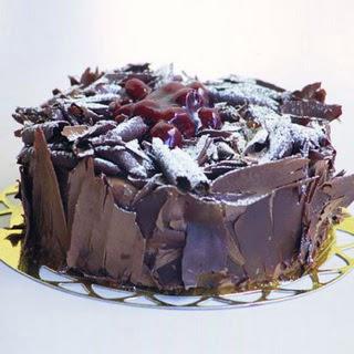 pasta yolla 4 ile 6 kisilik visneli çikolatali yas pasta  Online Bursa çiçekçi