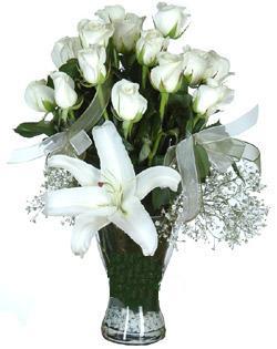 cam içerisinde 11 beyaz gül ve 1 kazablanka  Online Bursa çiçekçi
