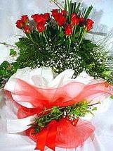 Bursa çiçekçi inegöl kaliteli taze ve ucuz çiçekler  11 adet kirmizi gül beyaz krepte