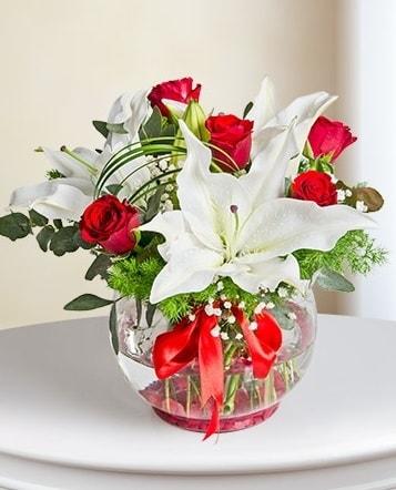 Fanus Vazoda 2 Lilyum ve 5 Gül Dansı  Bursa çiçek iznik çiçek online çiçek siparişi