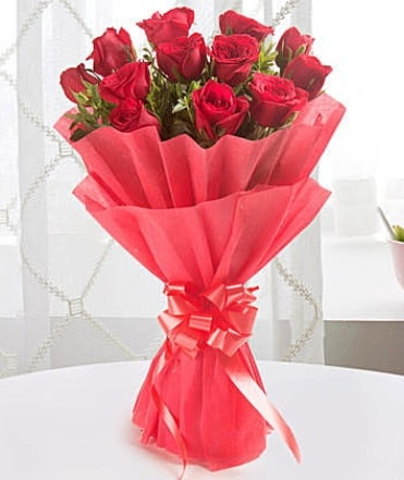 12 adet kırmızı gülden modern buket  Bursa çiçek satışı iznik hediye sevgilime hediye çiçek