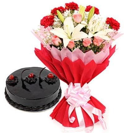 Karışık mevsim buketi ve 4 kişilik yaş pasta  Bursa çiçek siparişi